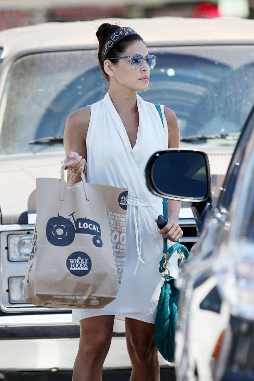 eva-mendes-candids-at-whole-foods-market-in-los-angeles-02-520x780