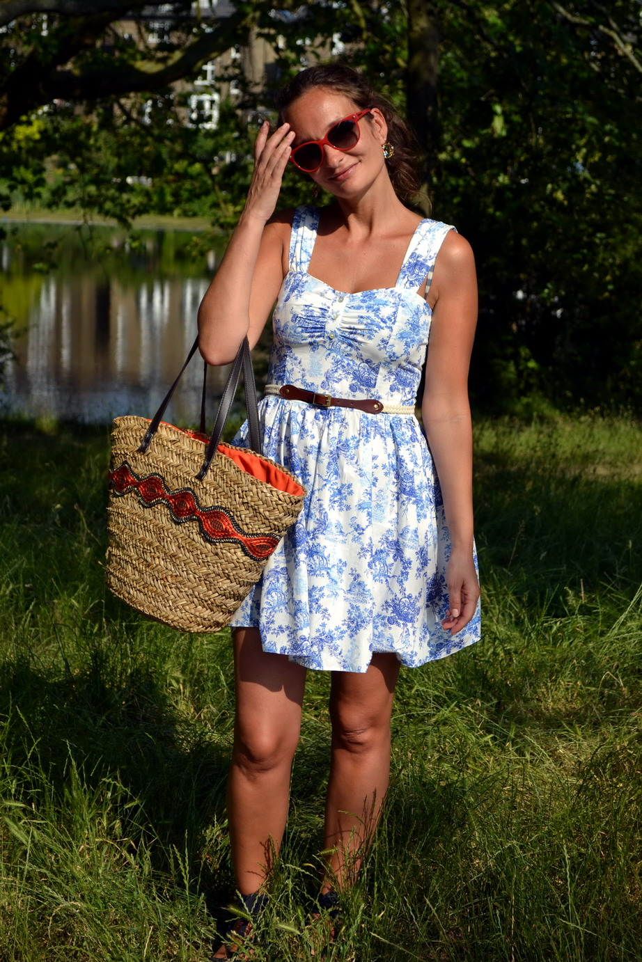 I am wearing a toile de Jouy / wedgewood print sundress by Primark. Straw bag by Le Voyage en Panier.