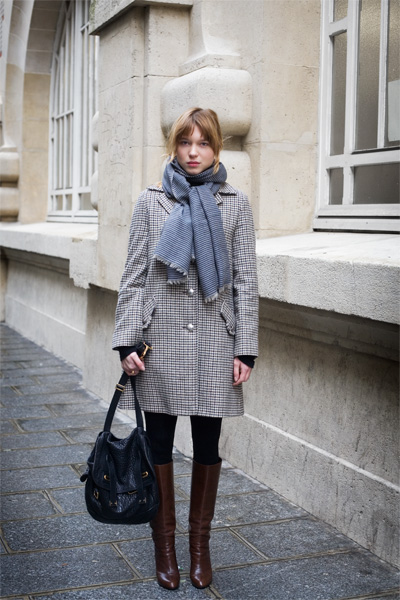 Keeping warm in a grey oversized coat and nougat coloured boots