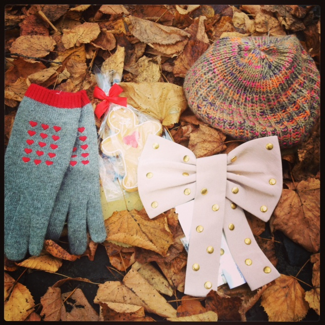 I'm a summer girl but become weak when shopping for winter accessoires: Grey gloves with little hearts from Moschino, wool beret from Dent, pink bow with gold studs from Alice Temperley