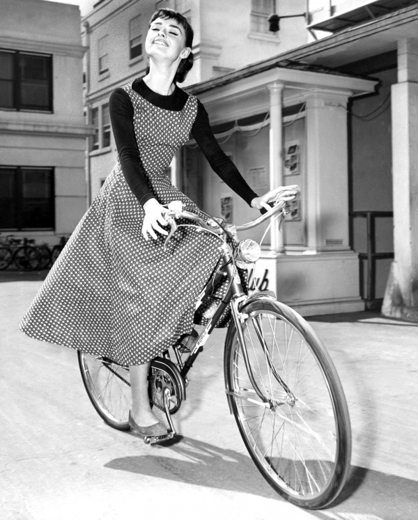 Audrey_Hepburn_on_bike (2)
