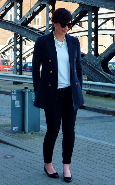 Street style hamburg. Basics navy blue gold button blazer white tee ballet flats